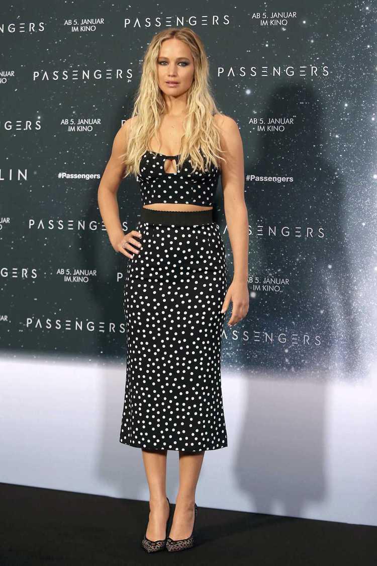 珍妮佛勞倫斯詮釋兩截式Dolce & Gabbana洋裝相當性感。圖/取自pin...