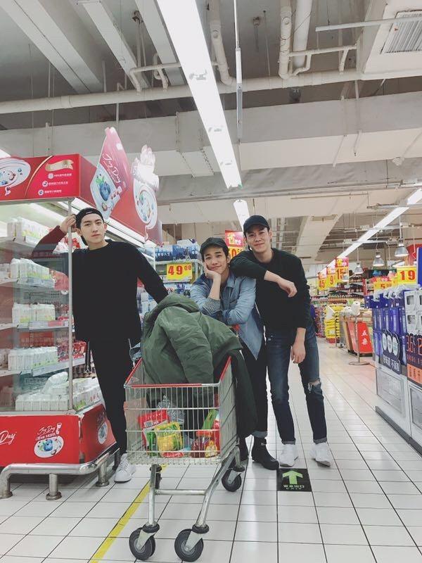 劉以豪(中)和同劇演員逛超市買食材。圖/伊林提供