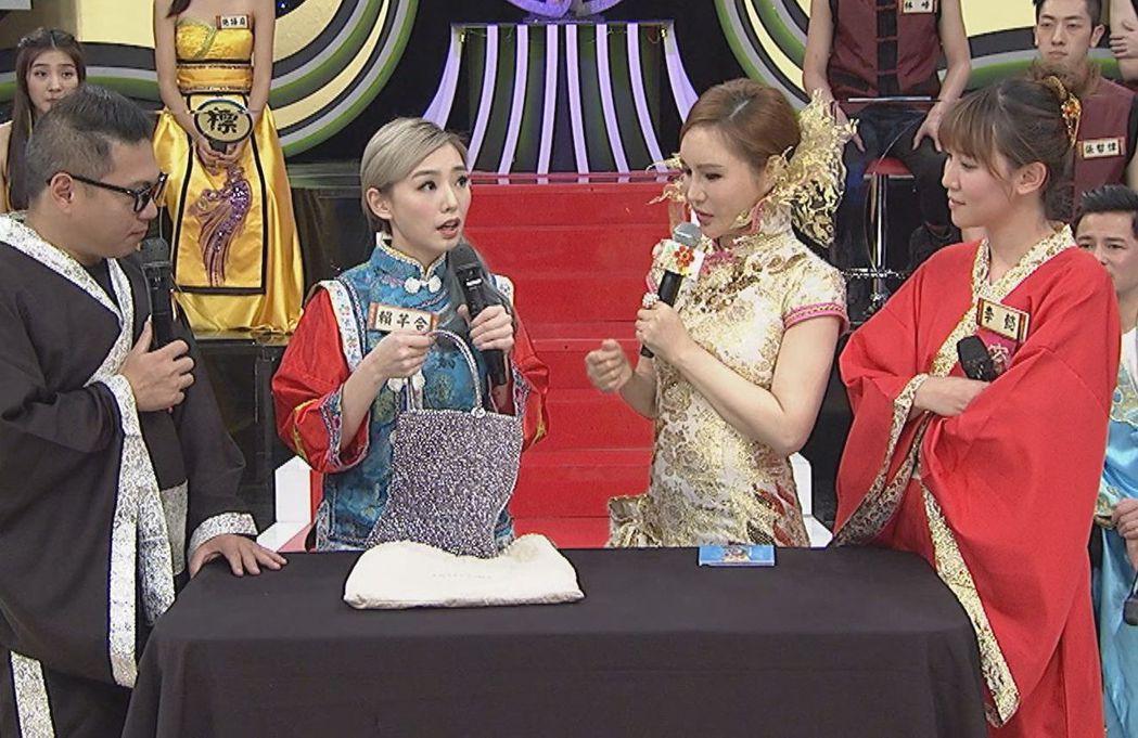 賴芊合(左二)拍賣戎祥生前送她的最後禮物。圖/中天提供