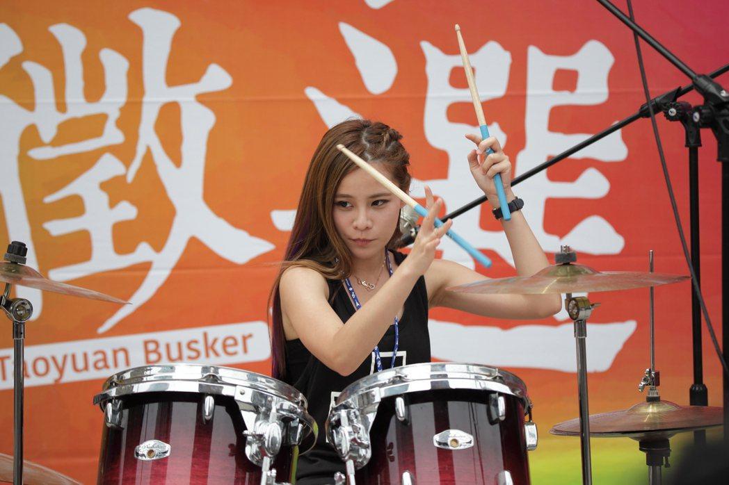陳曼青是專業鼓手,才華洋溢。圖/年代提供
