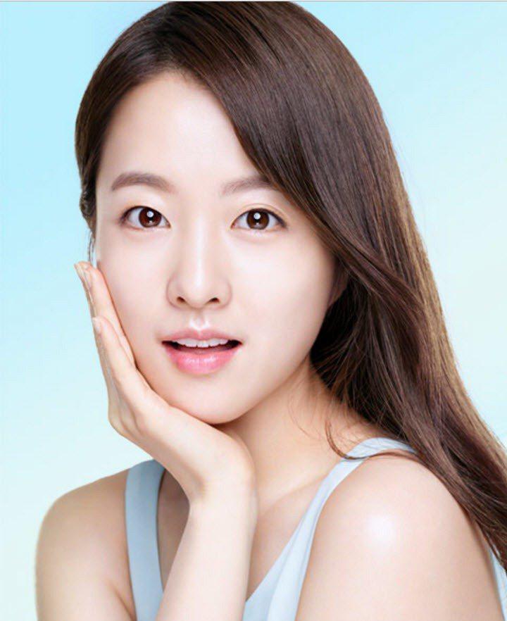 韓國美妝品牌在2017年為保濕產品推出朴寶英最新形象照。圖/翻攝自9 Compl...