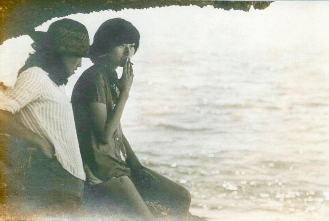 大四時,平路(右)與女性朋友在海邊合影。 圖/時報文化出版公司提供