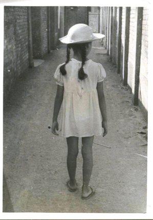 小女孩平路的背影。 圖/時報文化出版公司提供