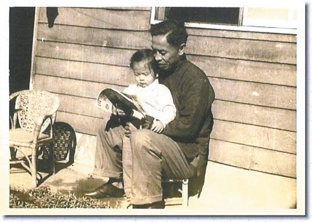 父親抱著襁褓中的平路。 圖/時報文化出版公司提供