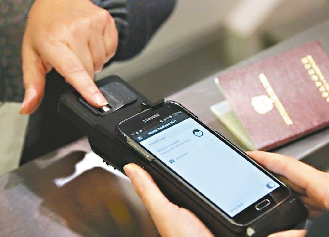 美國海關及邊境保護局探員在旅客入境時,測試手機。 圖/取自CBP官網
