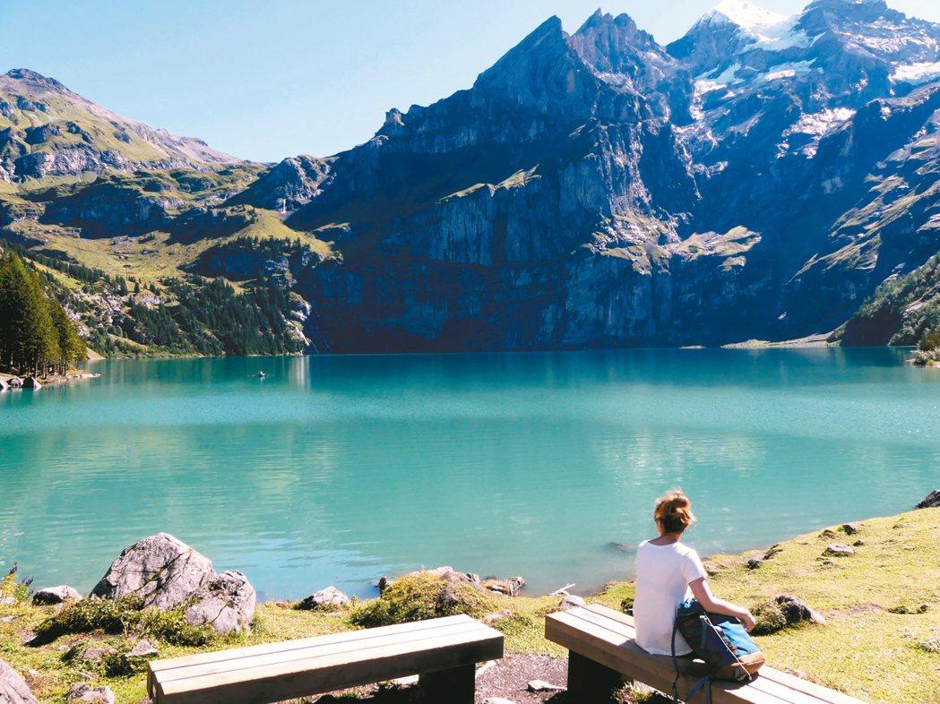 走進隱密的藍湖,在高山腳下、藍湖邊上,細細品賞自然的美好。 圖/楊振發提供