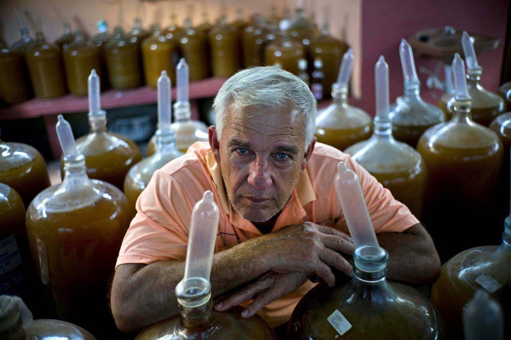 這位古巴的酒廠老闆用保險套來釀酒。(美聯社)