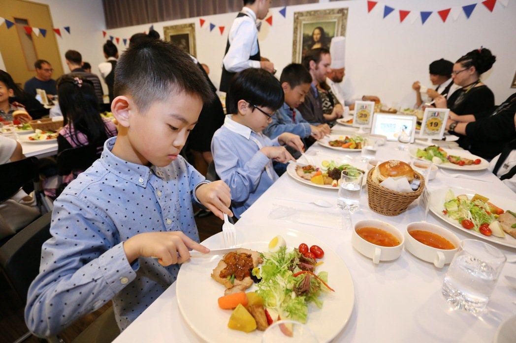 圖為葳格小學讓學童吃西餐,學禮儀,度過特別的兒童節。記者喻文玟/攝影
