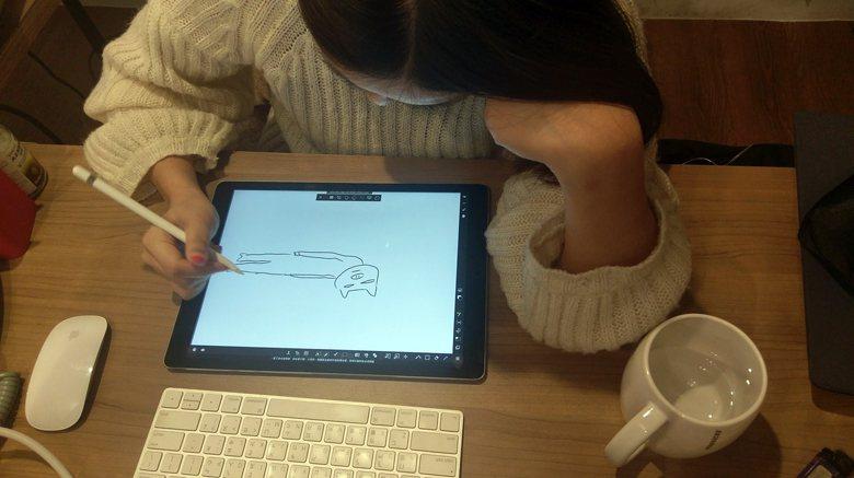 畫著素雅悲傷少女漫畫的厭世姬,聽到要拍照,馬上改畫豬來打書。  圖/作者自攝