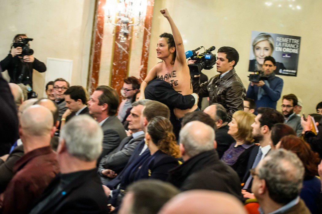 女性主義團體Femen的成員赤裸上身抗議,怒斥勒龐是「假女權主義」。 圖/歐新社