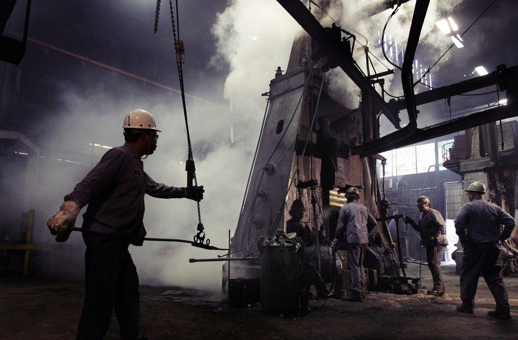 布朗認為,俄亥俄州的鋼鐵與鋁等金屬工業,遭遇中國產品的不公平競爭,造成該區的產業...