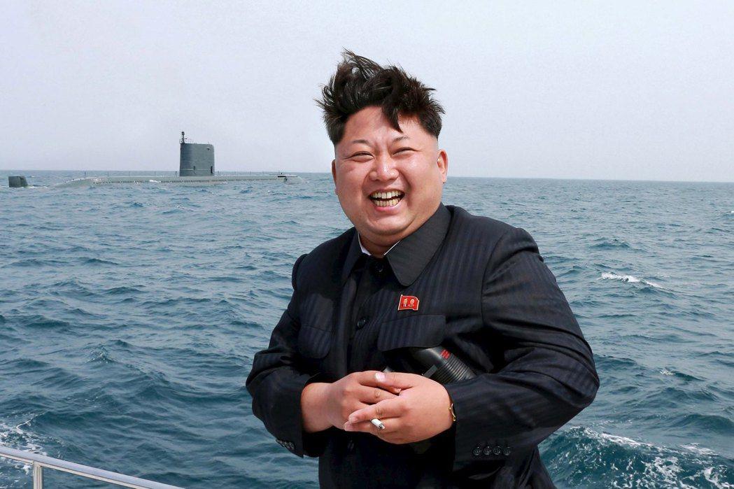 隨著平壤核打擊能力上升,對中國製造的不安恐怕還要更強些。圖為視察潛艇部隊的北韓領...