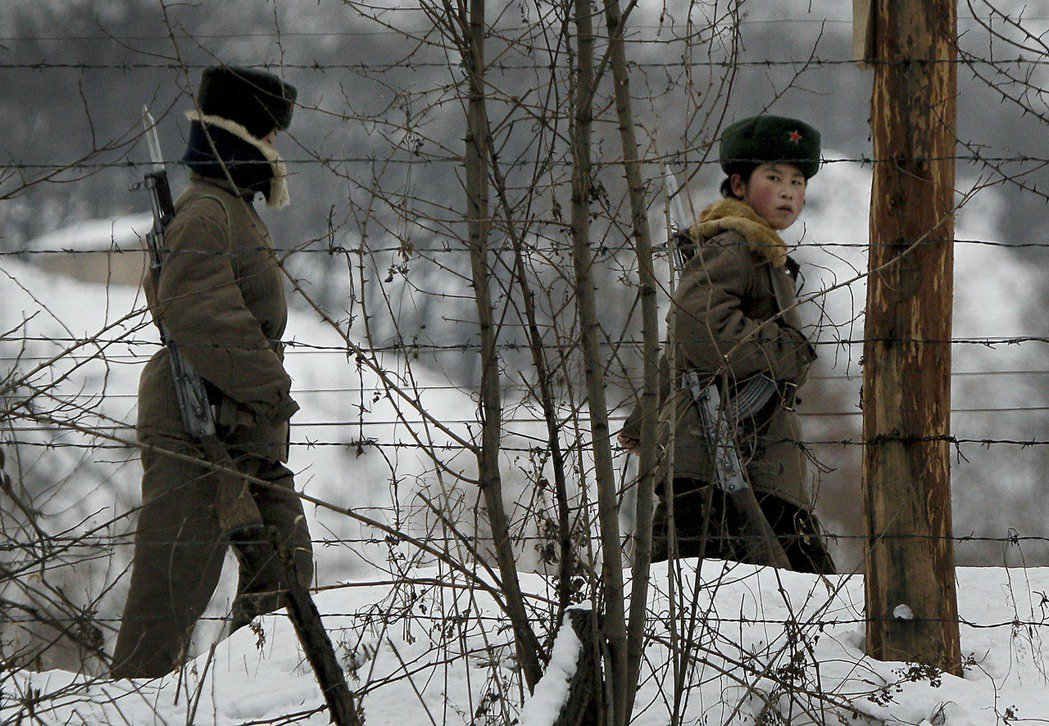 「美國要打朝鮮,北京沒有意見,但是不能使用核武。」圖為中朝邊境的北韓士兵。 圖/...
