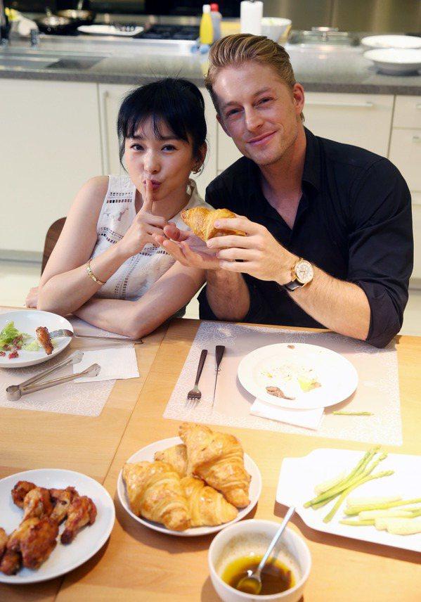 六月(左)、法比歐(右)親自下廚作西餐給粉絲吃。記者邱德祥/攝影