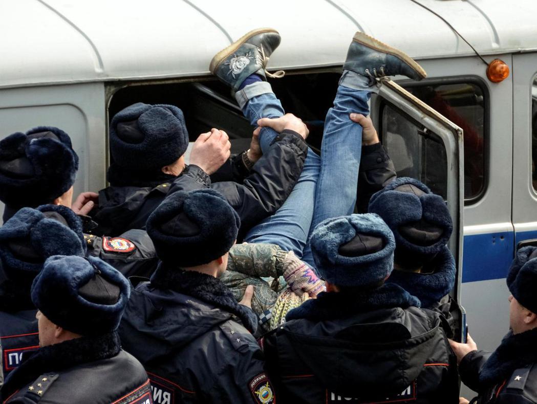 3月26日反貪腐示威在約90個城市進行,共有3萬至9萬人參與,近1千6百至1千8...