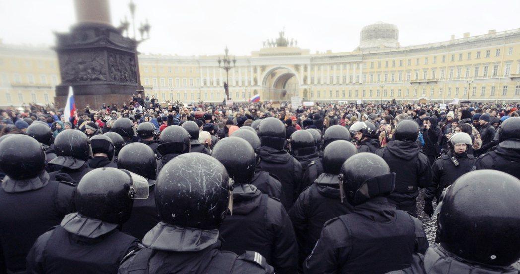 「聖彼得堡人有個傳統,每逢17年就要上冬宮廣場去!」圖為3月26日當天,氣氛緊繃...
