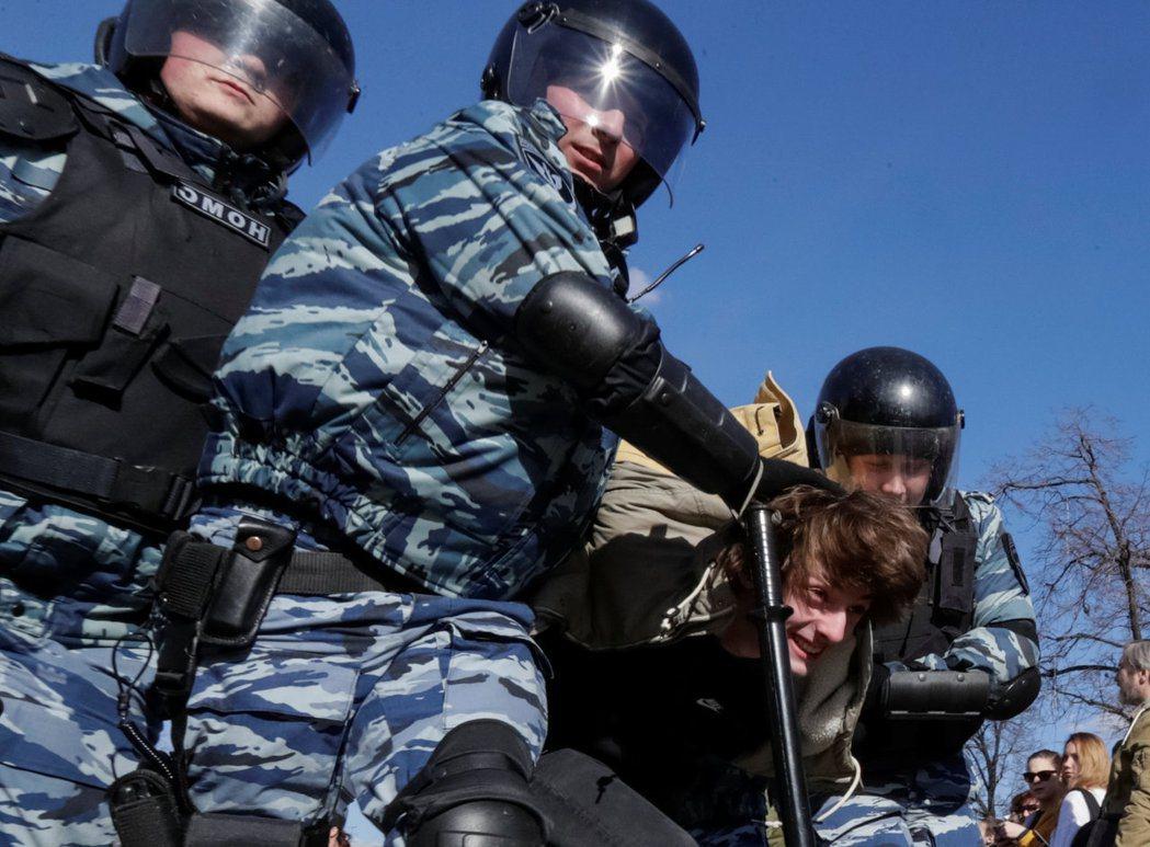 「我的爸媽支持統一俄羅斯黨,但沒有責怪我。明天我要放有關梅捷韋傑夫的影片給他們看...