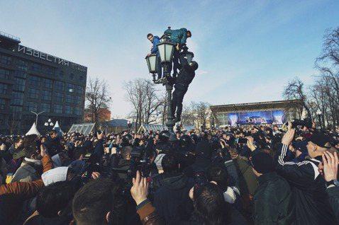 路燈上的少年,爬上燈的特警,與莫斯科的示威眾人。 圖/美聯社