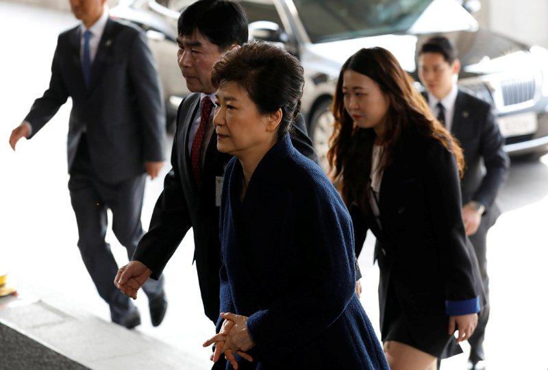 圖為3月21日,朴槿惠步入首爾中央地方檢察廳,接受調查的畫面。 圖/路透社