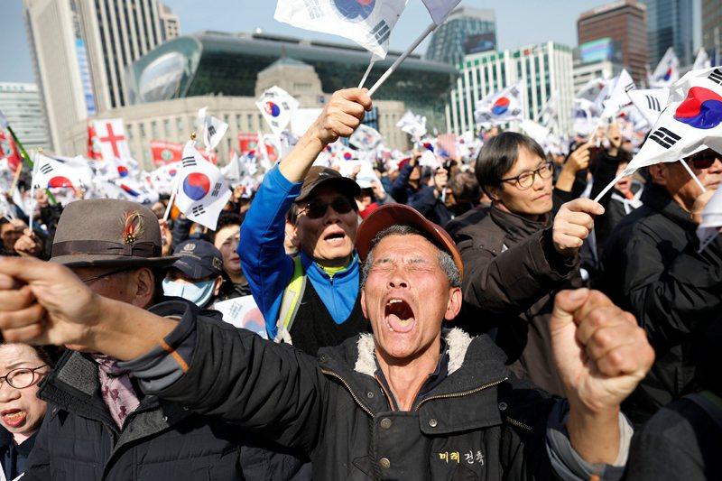 當下聽到朴槿惠被罷免的支持者群眾,一度失去理智在廣場上狂吼外,抗議現場也不幸地造成三人死亡。 圖/路透社