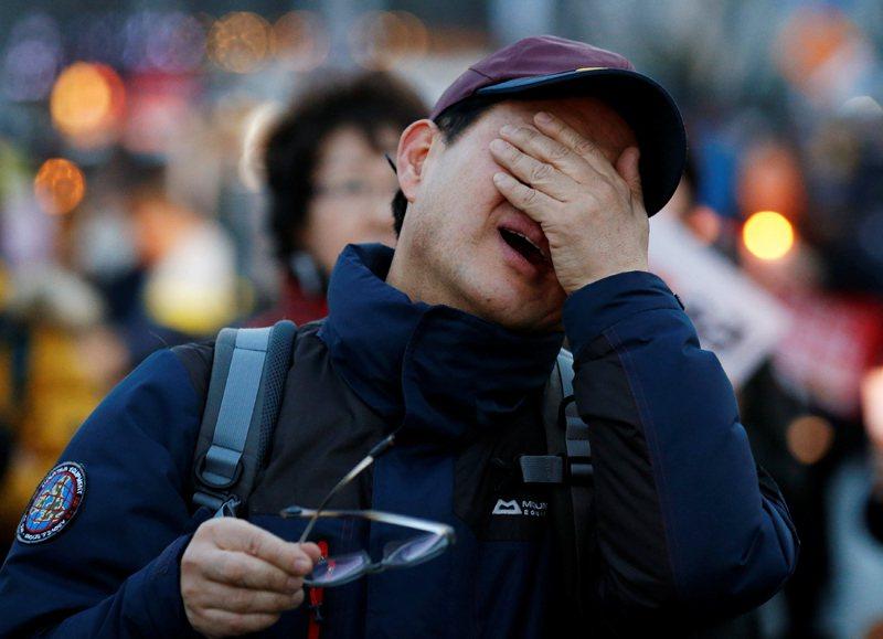 聽到朴槿惠被罷免,反對朴槿惠的民眾紛紛高興的流下眼淚。他們認為人民的聲音終於被聽到了。 圖/路透社