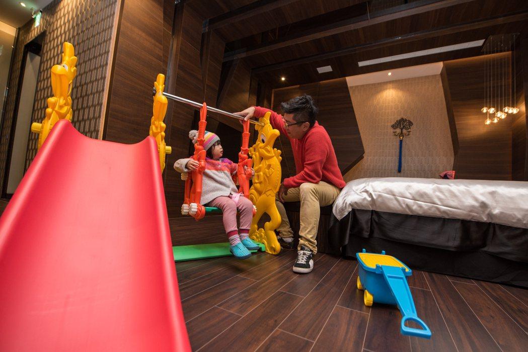 悅河精品旅館推出家庭親子房,設有嬰兒床、溜滑梯、盪鞦韆等兒童設施。 圖/業者提供