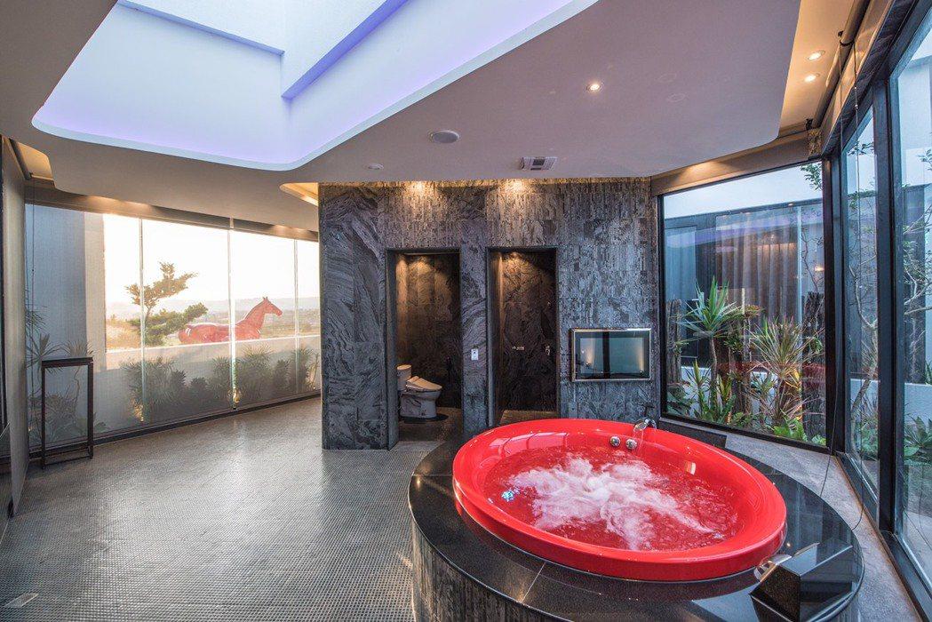 悅河精品旅館規劃家庭親子房,有沙坑、嬰兒床、室內戲水池。 圖/業者提供