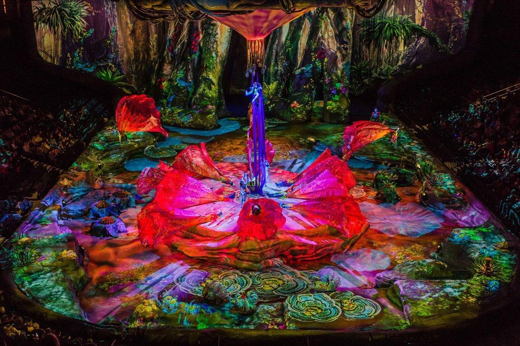 中央舞台利用4D投影與精心打造的場景,呈現出潘朵拉星球中多元豐富的地景樣貌。 圖