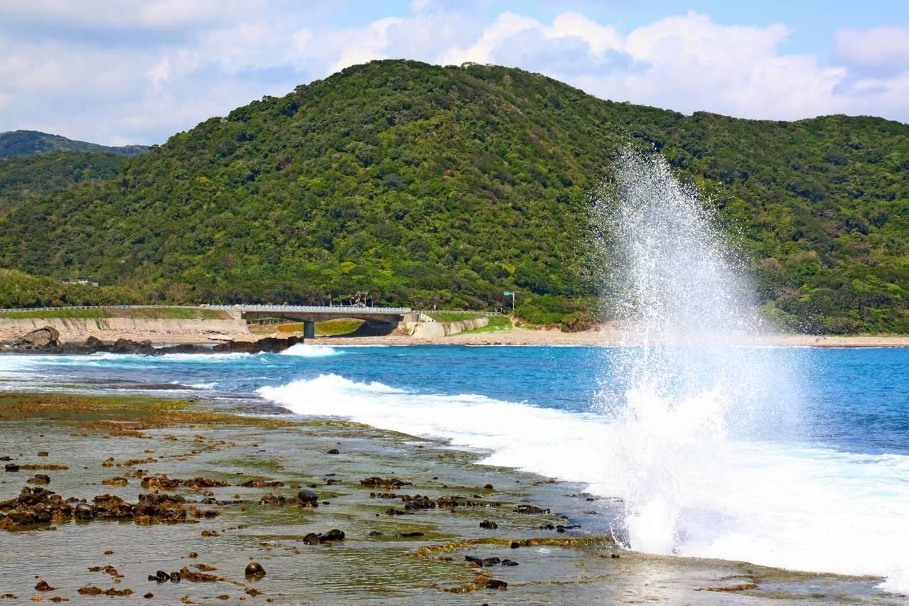全台少數保留原始自然山海景致的台26線港仔─牡丹段,2村交界處岸際有宛如鯨魚噴水...