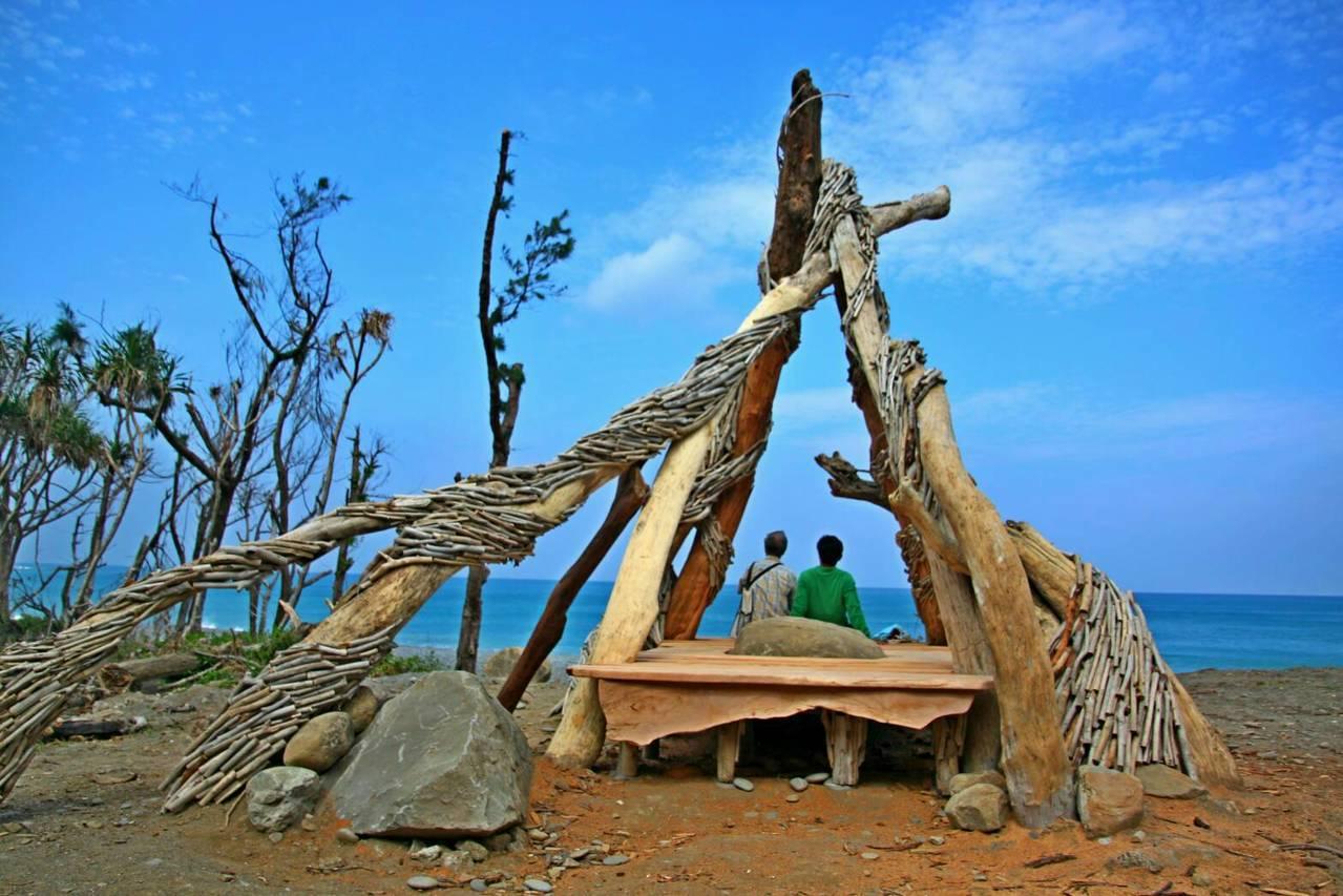 由在地木工藝術家楊宗熏設計的望海發呆亭。記者潘欣中/攝影