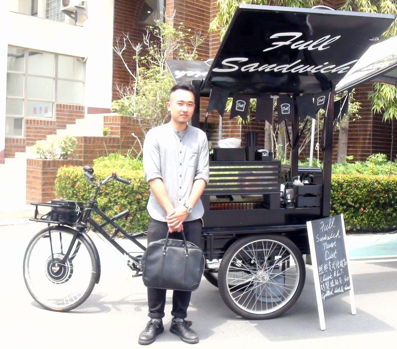 楊昌融的餐車採黑色為設計基調,流露「精品風」。記者王昭月/攝影