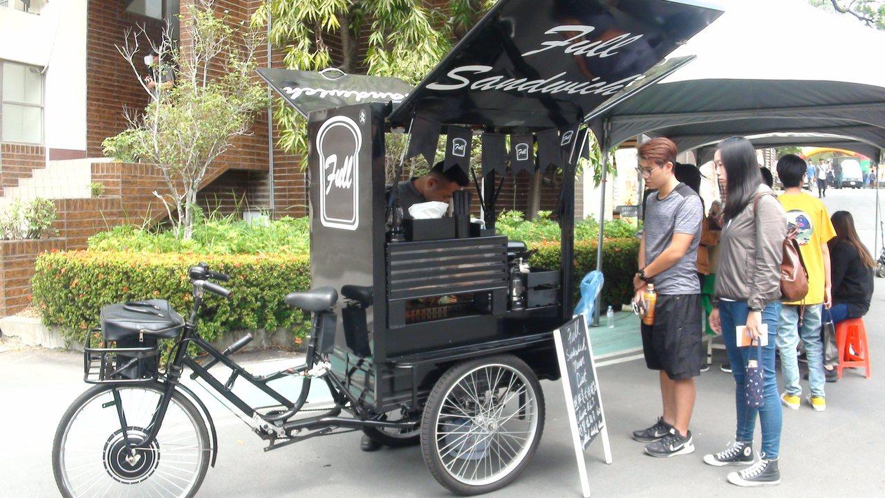 28歲的楊昌隆打造精品風「行動餐車」賣大份量三明治,資本額約20萬的微型創業,做...