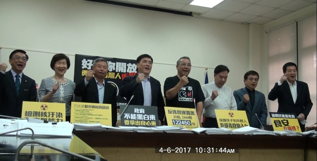 國民黨副主席郝龍斌(中)上午與立法院國民黨團立委在立法院聯袂召開記者會,宣布取得...