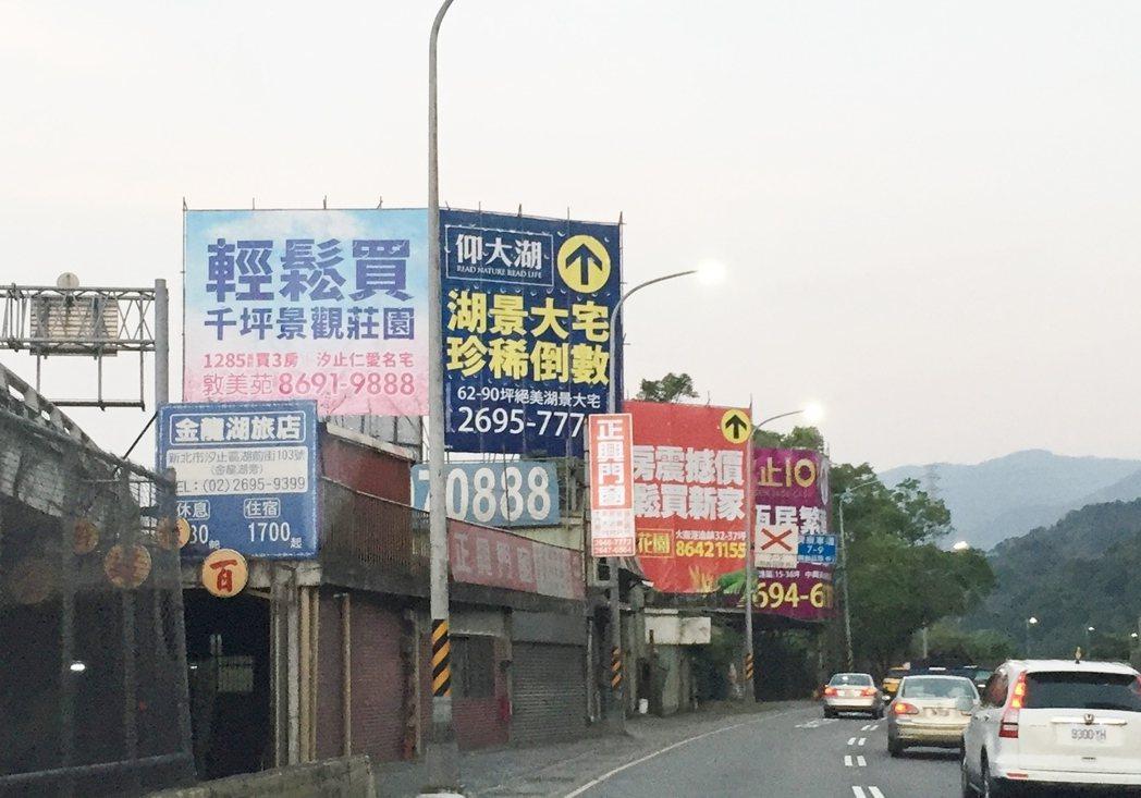 北台灣預售燈號告別連二藍,開出今年第一顆黃藍燈。記者游智文/攝影