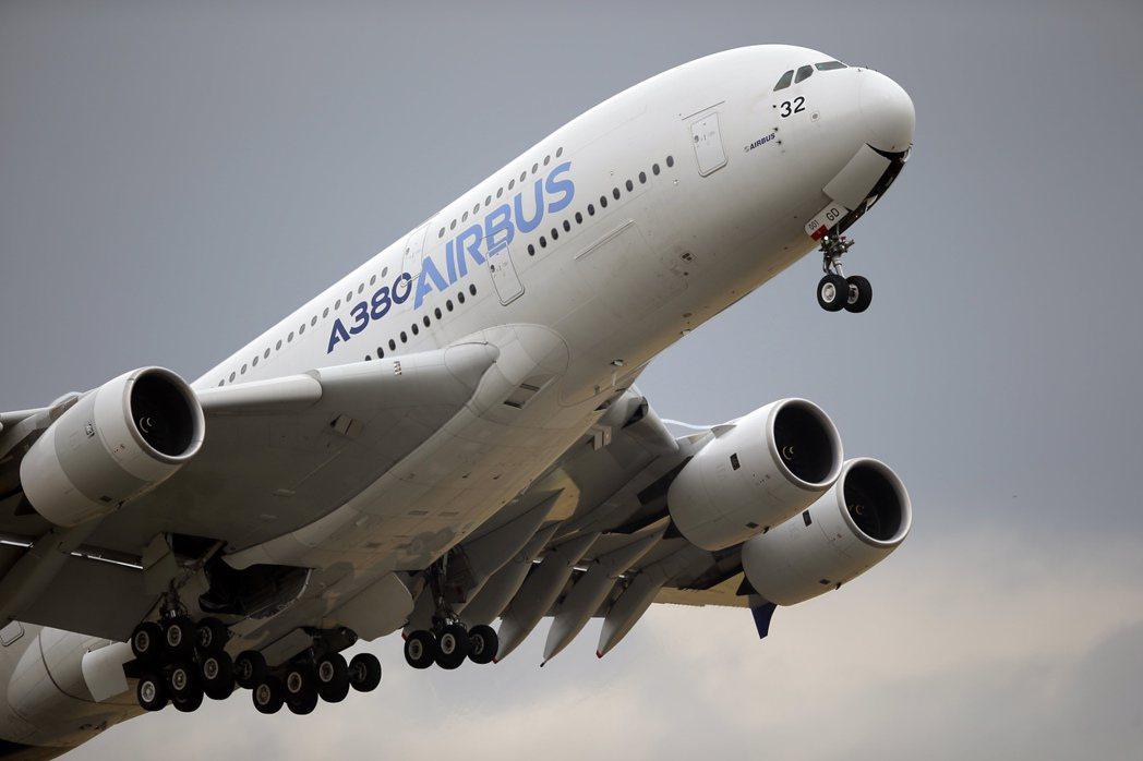 繼美國和英國宣布禁止旅客攜帶筆電上機後,歐洲航空安全局5日也宣布新的飛航安全準則...