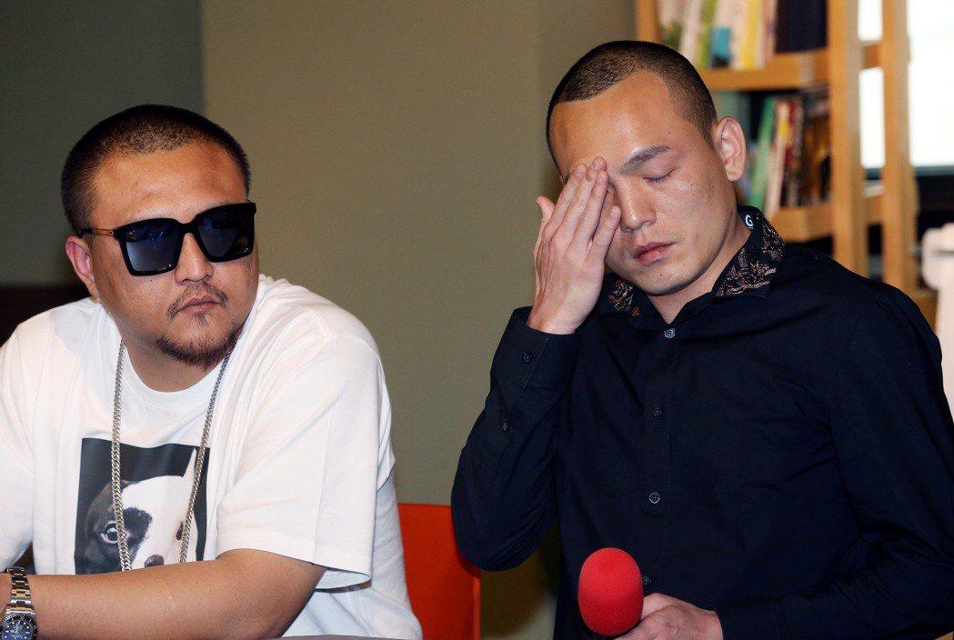 玖壹壹春風(右)下午在混血兒娛樂老闆蕭先生及經紀人陪同下召開記者會,還原雙方衝突...