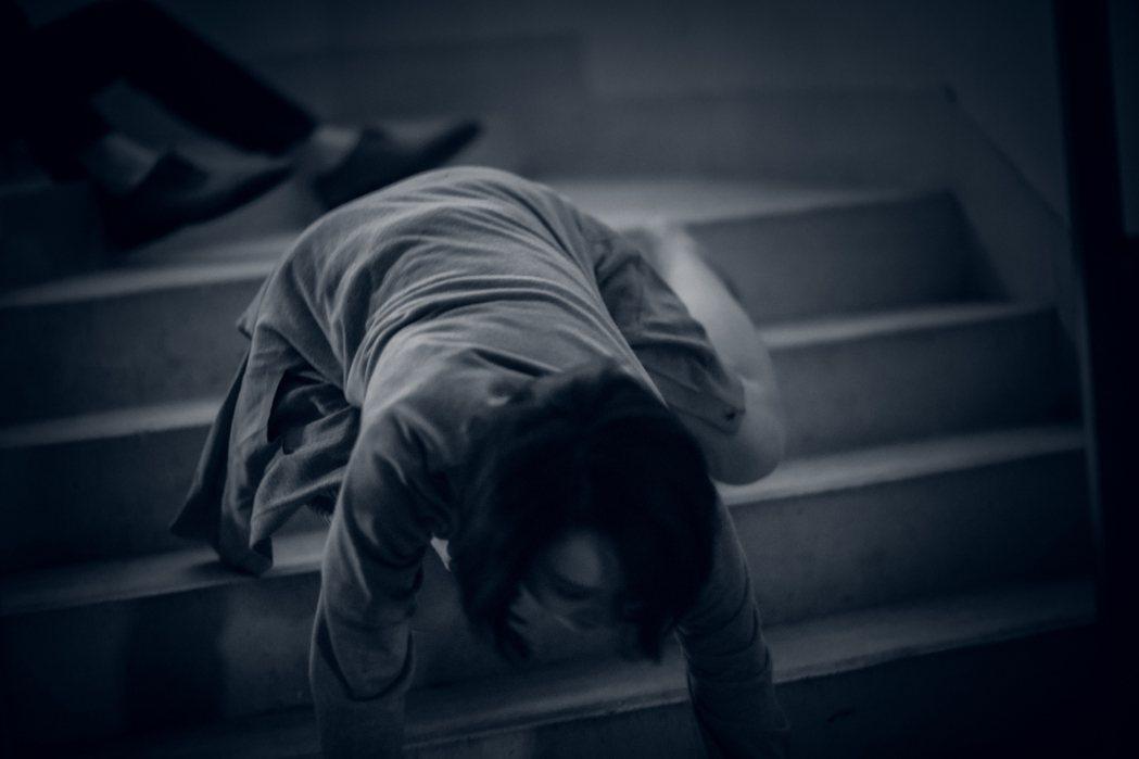 林子熙效法電影「大法師」在樓梯間爬行。圖/好風光提供