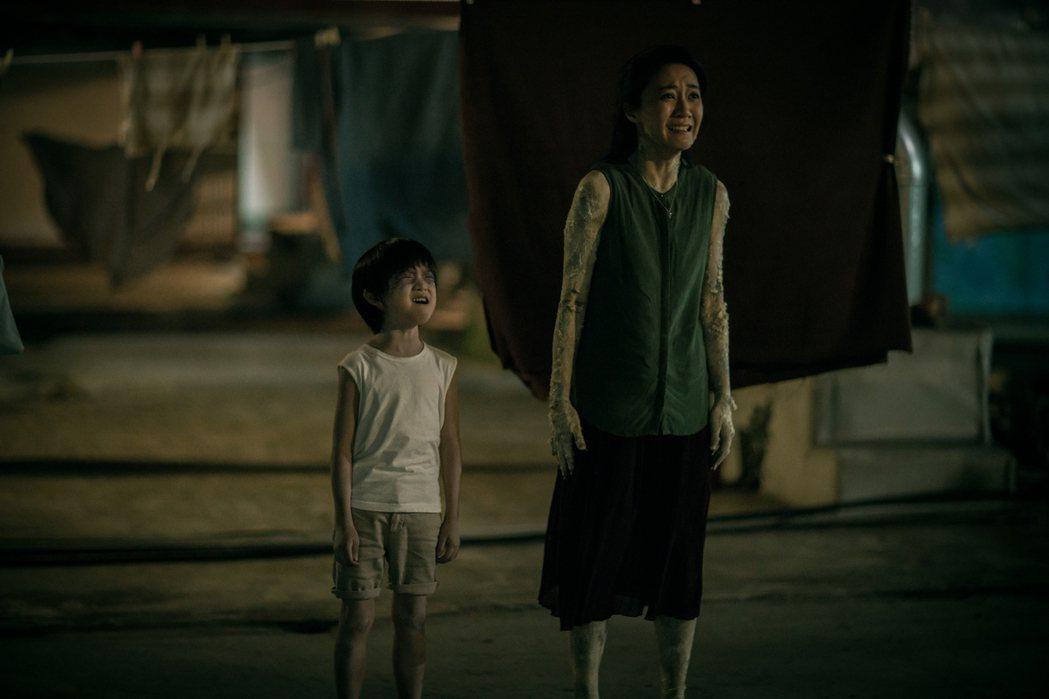 陳婉婷(右)在「積木之家」中演鬼魅。圖/好風光提供