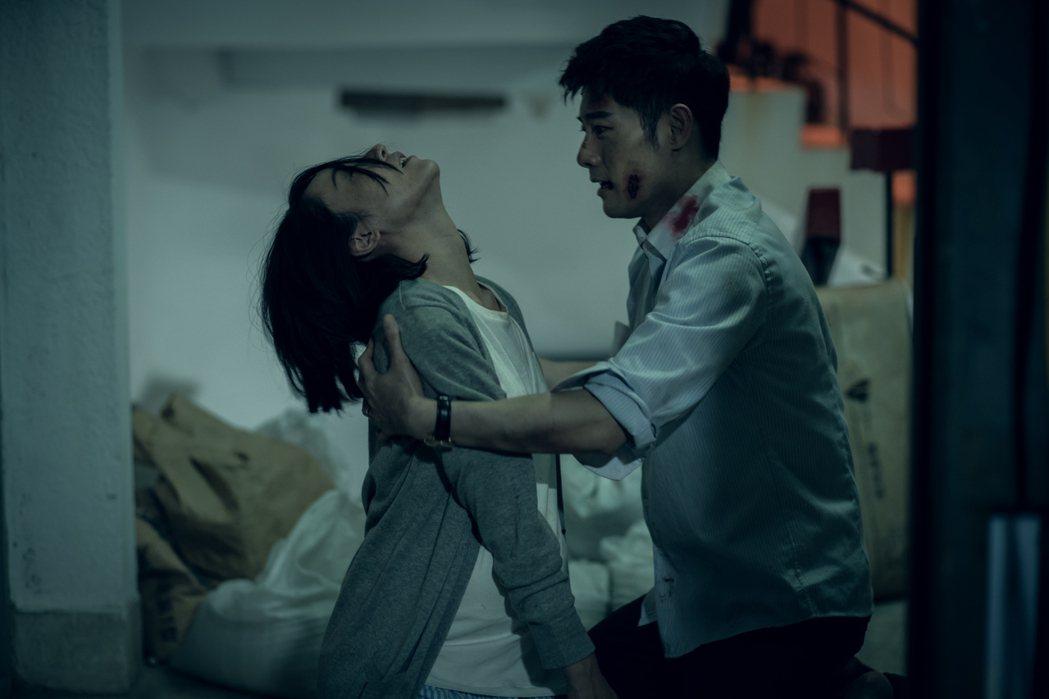 林子熙(左)受惡靈危害全身扭曲。圖/好風光提供