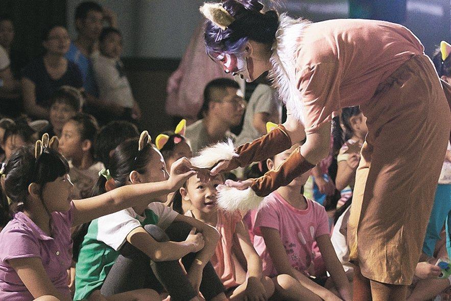 秋野芒劇團專門到偏鄉國小演出,讓兒童有機會看戲。 圖/秋野芒劇團提供