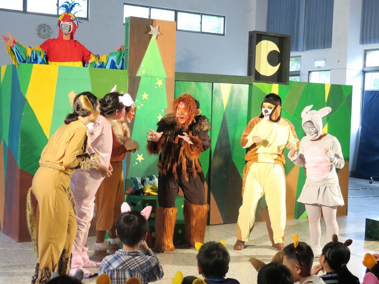 秋野芒劇團團員大多是由東華大學生組成,演員裝扮成動物拉近與兒童距離。 圖/秋野芒...
