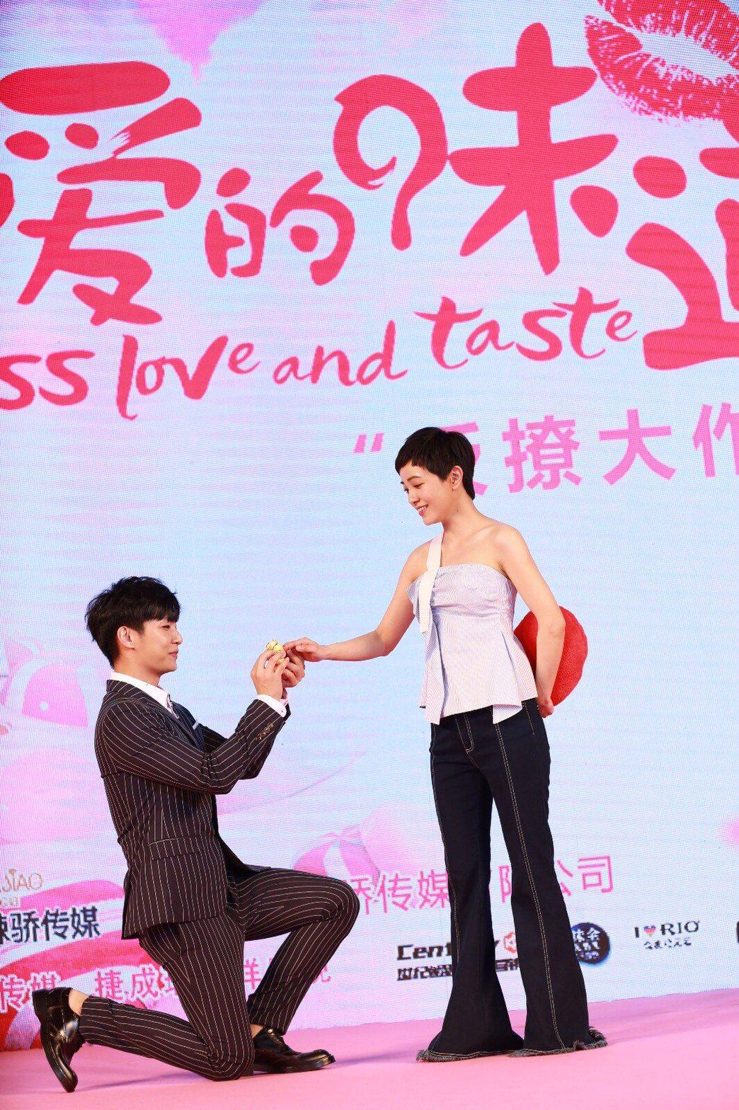 炎亞綸在記者會上單膝向郭采潔下跪。圖/華研提供