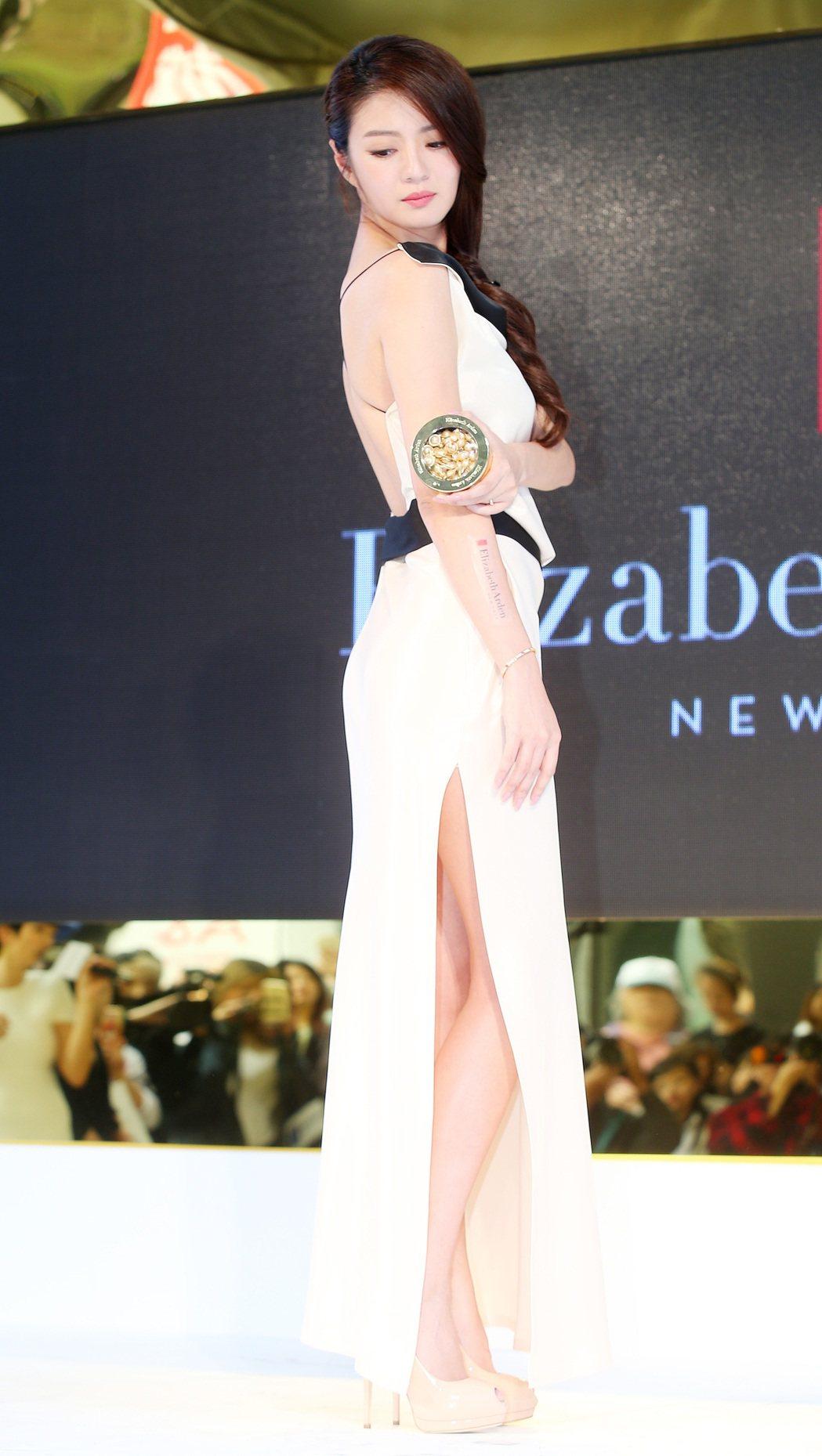 藝人安以軒亮麗代言伊麗莎白雅頓超進化黃金導航膠囊。記者王騰毅/攝影