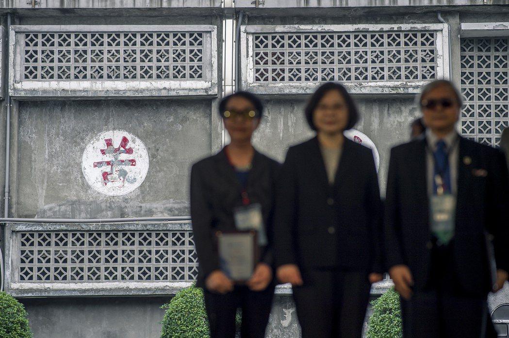 這幀預示「苦」字的照片,是總統蔡英文出席「2016世界人權日活動」的照片。 圖/...