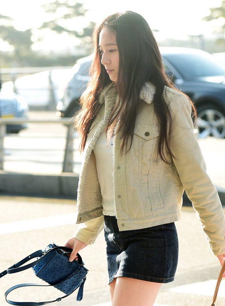 韓國女星鄭秀晶Krystal拎TOD'S豆豆小方包,展現氣勢。圖/迪生提供