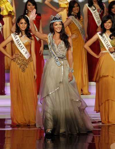 阿爾多里諾(中)2009年在南非舉行的世界小姐選美贏得后冠,圖為她出席2010年...