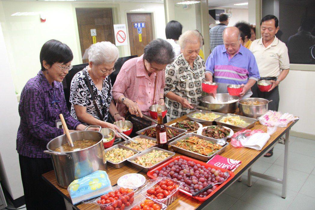 永和區公所昨天中午在水源社區活動中心,舉辦老人共餐活動,志工們陪弱勢老人吃飯話家...