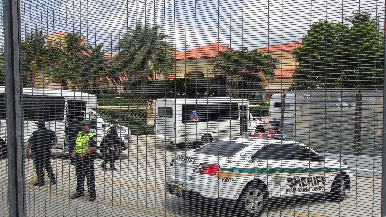 「川習會」中方代表團6日抵達下榻的水棕櫚海灘度假村,警方封鎖附近道路,架起圍籬,...