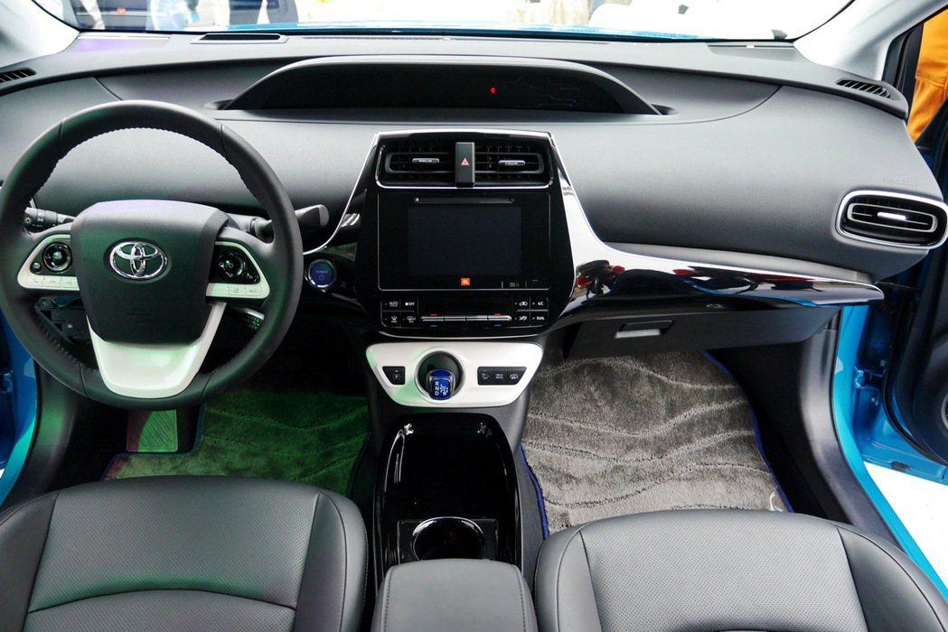Toyota Prius PHV座艙大致維持Prius車款的設計風格。 記者陳威...