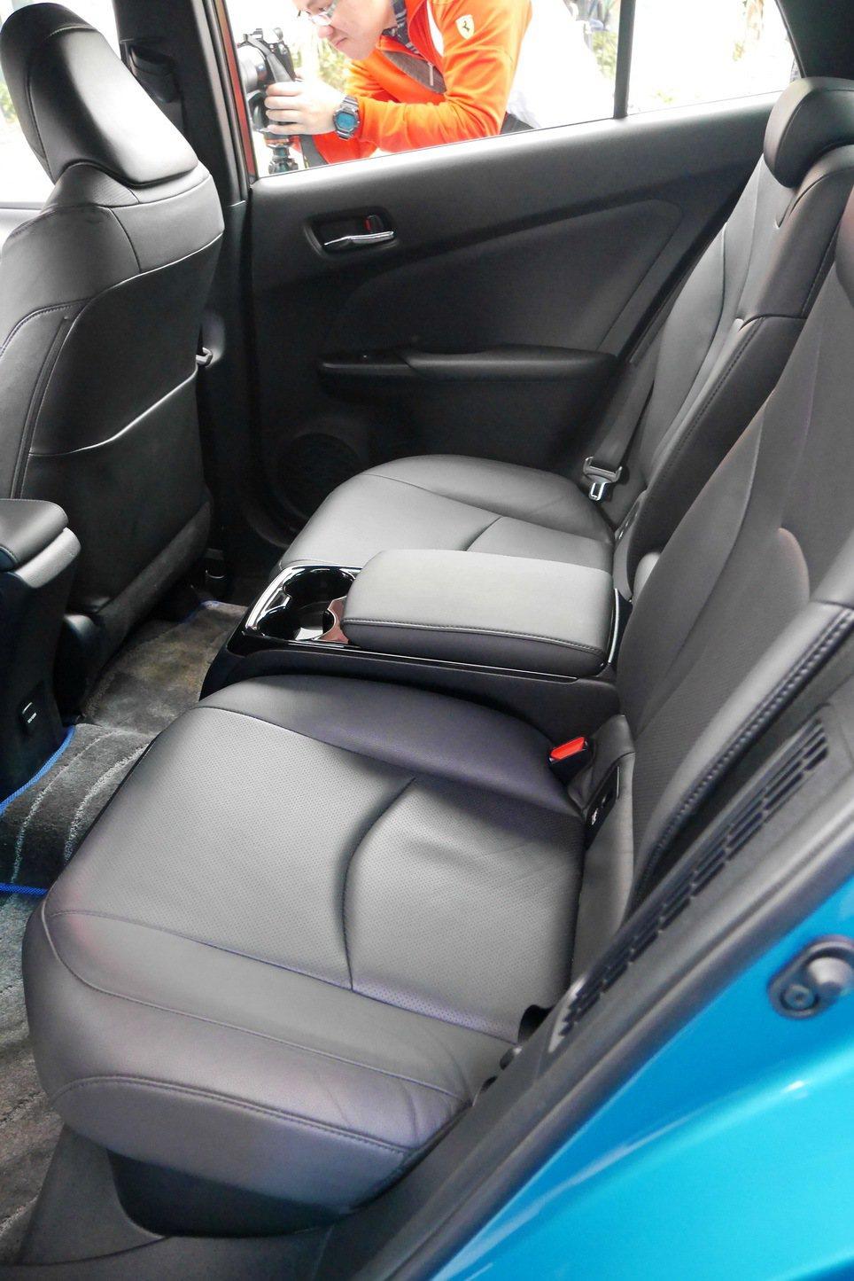 Toyota Prius PHV後座僅兩張座椅配置。 記者陳威任/攝影